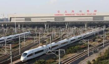 """由中国研发成功的16辆长编组""""复兴号""""动车组将在京沪高铁首次投入运行"""