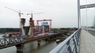 我国跨度最大双线高速铁路钢桁斜拉桥合龙