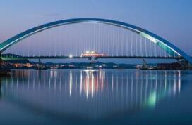 柳州官塘大桥第44片钢箱梁顺利吊装完成实现合龙