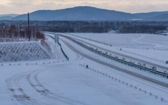 黑龙江省普降春雪 15条高速公路全线封闭