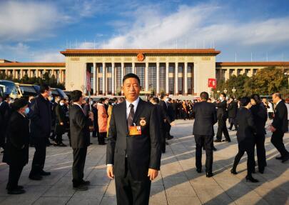 花溪农商银行党委书记、董事长吴勇荣获 全国劳动模范荣誉称号